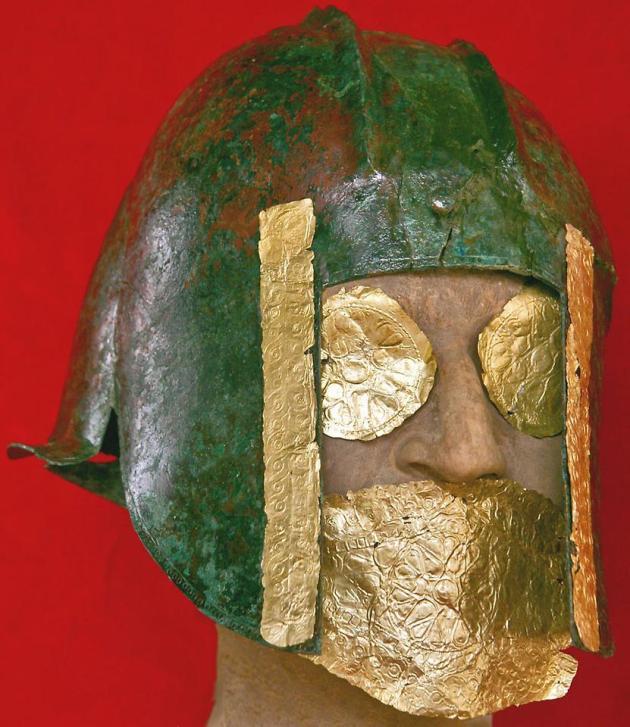 15708329 bronzen helm met goud