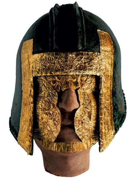 una-maschera-doro-e-un-elmo-di-bronzo-con-lamine-in-oro-trovati-nella-tomba-di-un-guerriero-macedone-ad-archontiko-gianluca-colla-a